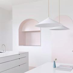 Concrete Kitchen Table Fauset 把厨房设计成美术馆的样子是一种怎样的体验 知乎 厨房主要由三个可视部分组成 由人造大理石台面制成的长桌 隐藏着炊具的大金属门和拱形壁龛 还有一个两侧抽屉里装着家电的餐吧