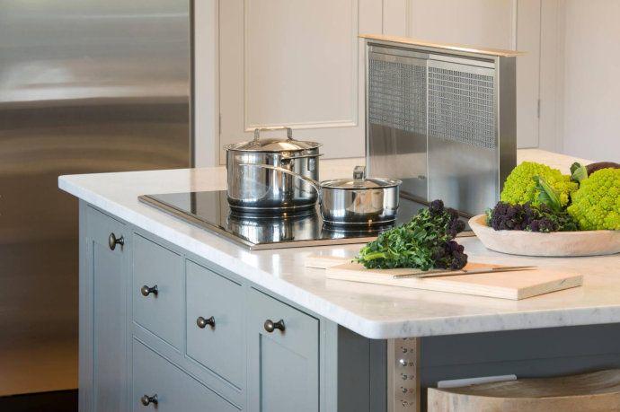 rolling island kitchen outdoor kitchens ideas 现代厨房的规划你都懂了吗 知乎 储藏室配备了一个酒架 储藏箱和壁橱 这些单元被涂在与厨房岛相同的阴影下 看起来像一个整体 而工作台面和厨房表面的卡拉拉大理石是一样的