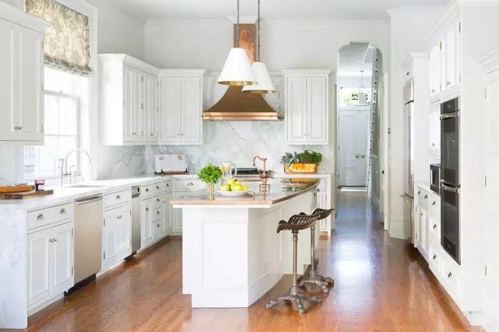 kitchen island hood bar lights 2019年 30款顶级厨房装修设计趋势 知乎 这个厨房的铜排气罩只是这个明亮空间所需的时尚触感 大理石后挡板 现代岛台面和现代装置使这间厨房与典型的全白厨房区别开来