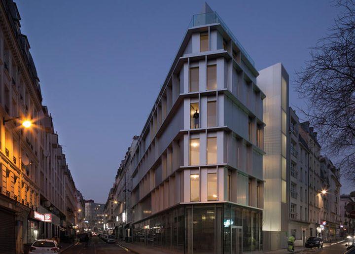 silver kitchen aid corner cabinets 2016 世界建筑节奖项公布 来看过去一年的这些最佳建筑 知乎 aluminium tip 是位于巴黎11 区街角一处三角形地块上的银色铝制公寓 它的造型简单而严谨 又高又窄的窗户均匀排布于外立面 最外层银色的氧化铝板组成的可折叠外表皮