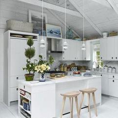 Metal Kitchen Island Wood Tables And Chairs Sets 永不褪色的经典 9款简约清爽白色系厨房装修风格赏析 知乎 厨房的地面铺着深色纹理的地板 白色的橱柜和中岛台优雅清新 不锈钢金属色的厨房电器成为白色调的调剂色 中岛台面上的金属灯罩的吊灯更是增加了空间的时尚感