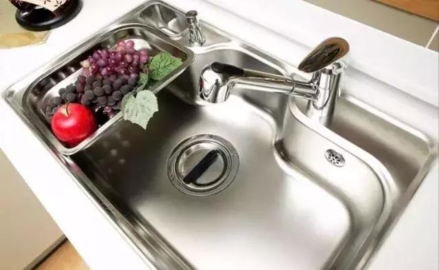 geeky kitchen gadgets blue tile backsplash 如何选择厨房水槽 知乎 市面上的水槽大多以套餐为单位 很多水槽套餐都包含了许多相应的配件和小工具 这些配件和小工具虽然是打着 赠送 的噱头 实际上是水槽附加价值的体现 有了它们 水槽