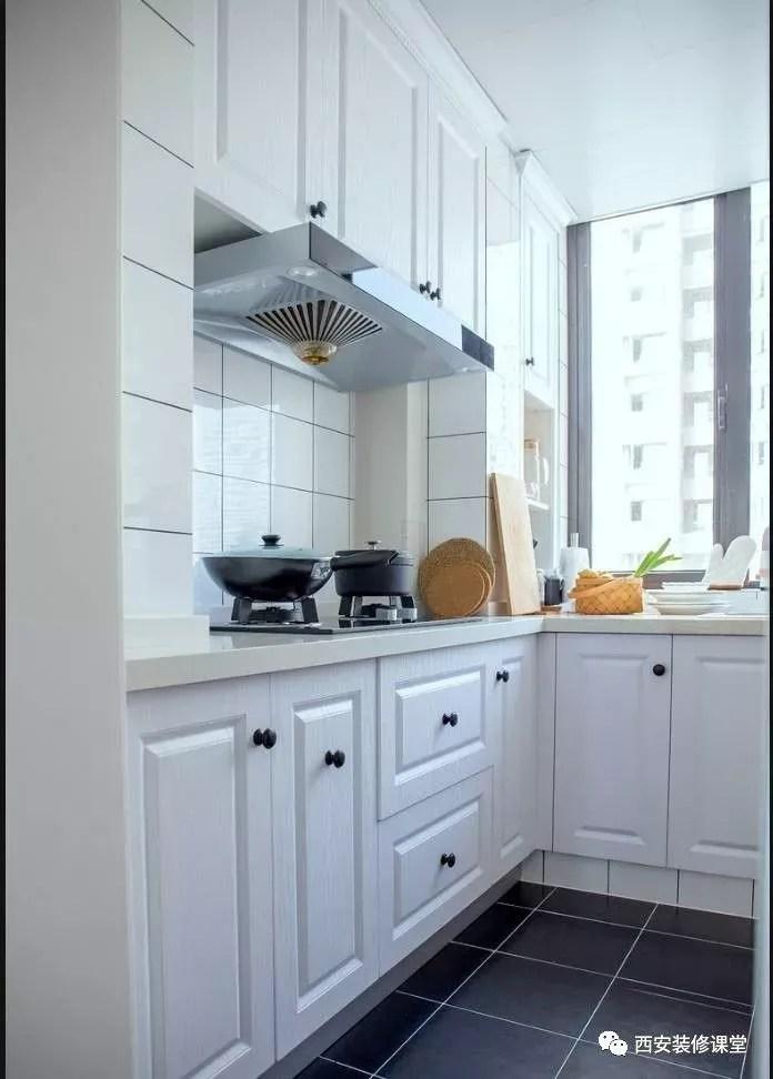 gray tile kitchen floor where to buy cabinets for 灰色瓷砖 能铺出年轻人的时尚 知乎 厨房深灰色地砖搭配 防滑并且耐脏 与白色模压橱柜形成颜色层次对比