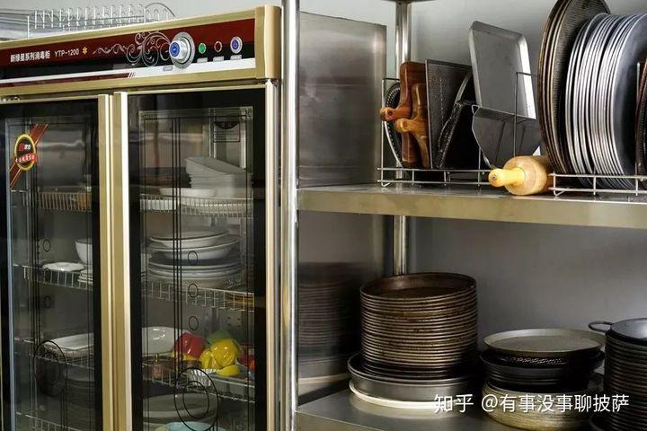kitchen sink grates cabinets to go 规划披萨店厨房时该如何纳入全套设备 知乎 由于大家选择的披萨店规模布局都不一样 对于各种厨房设备的需求也各异 大家对于设备所需种类和数量都不同 比如冰箱至少需要两台 冷藏 储备面团和食材 冷冻