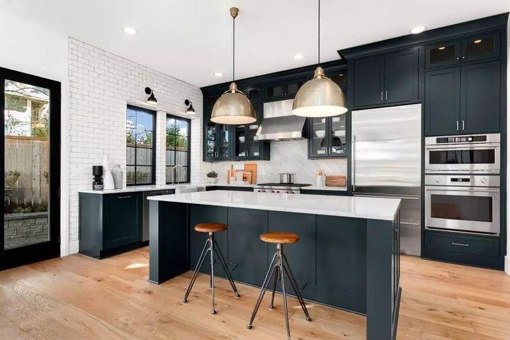 kitchen flooring trends window pass through 2019年 30款顶级厨房装修设计趋势 知乎 美食厨房穿着打扮 炭灰色橱柜 蜂蜜色木地板 干净的白色台面和地铁瓷砖后挡板 黑暗与光明的对比为这个潮流的空间带来时尚气息