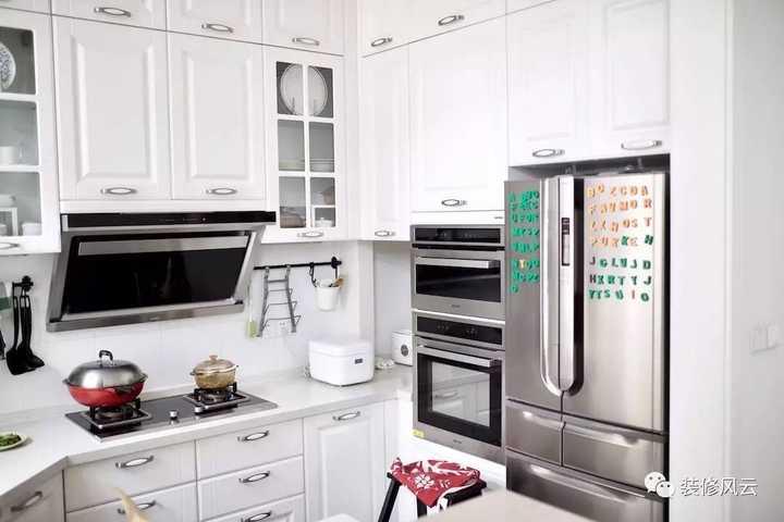 ikea kitchen step stool small kitchens ideas 為什麼現在年輕人都喜歡宜家的搭配 裝出來真的好看實用嗎 getit01 為了增加廚房操作區的面積 併合理的銜接洗和烹飪 frank將其設計在了拐角 用五角形的地櫃和檯面 自然在拐角處留出了料理空間 另一側為高櫃 內置了烤箱和蒸箱