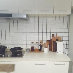 Kitchen Whisk Electric Round Tables 如何布置独居小房间能惬意地生活 知乎 厨房选择了开放式的 铺上了工业风格的方块瓷砖 同样保留了一个自己的工作桌 有一个那么好看的工作室了 家里终于可以放松一点了