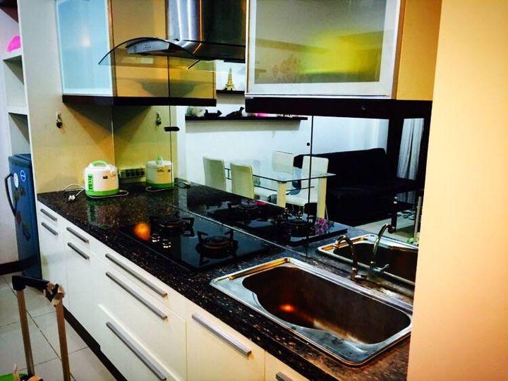 zephyr kitchen hood refinish countertop 张小凡的印尼留学生活 知乎 这是厨房 冰箱 烤箱 电饭锅 油烟机 锅碗瓢盆也都是齐全的 就是太脏了 还得我亲手给他们先洗个澡 厨房背景是个大镜子 这其实是为了营造出空间很大的假象而设计