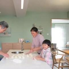 Kitchen Prep Station Unique Tables 通风 隔热的119 她家是 如何让老人住得舒适 的教科书 知乎 孩子周末来玩 总爱帮着姥姥姥爷一起做面点和饼干这些小零食 亲戚朋友来做客时 也多是围着岛台一边准备食材一边聊天 厨房 是这间屋子的不二主角