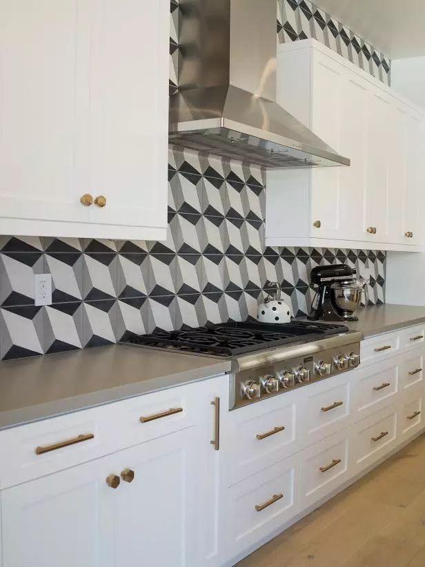 white kitchen backsplash flat panel cabinets 2019年 30款顶级厨房装修设计趋势 知乎 引人注目的后挡板为这间简约的农舍厨房增添了许多质感 不锈钢系列和烤箱平滑地融入干净的白色橱柜中 并配有金色金属配件