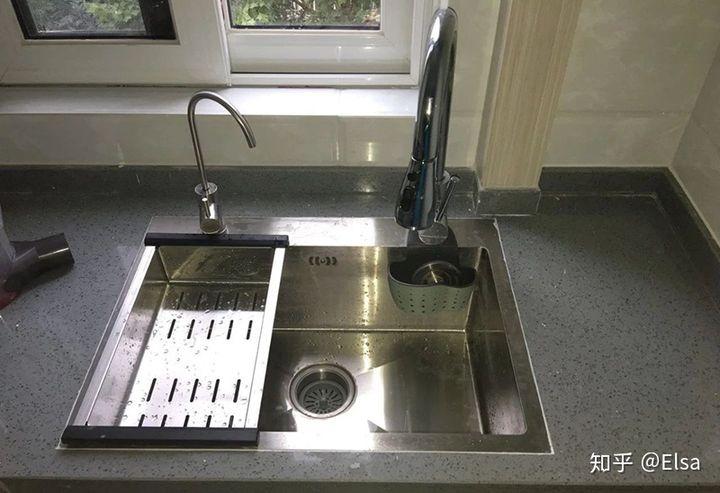 triple kitchen sink remodel on a budget 家装橱柜台下盆的美观与台上盆的实用 该如何选择 知乎 v2 2495e2bacb184ad72a1110b540530f7e hd jpg