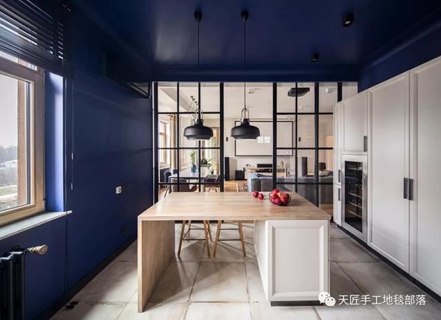 black kitchen rugs drop leaf tables for small spaces 这个158平三方两厅的家装风格能至少流行100年 知乎 厨房中贴瓷片的一面墙 打破了蓝色墙面的色调 成为厨房的主墙色调 让空间更加整洁温馨 高脚凳也很好的搭配了黑色吊灯的风格