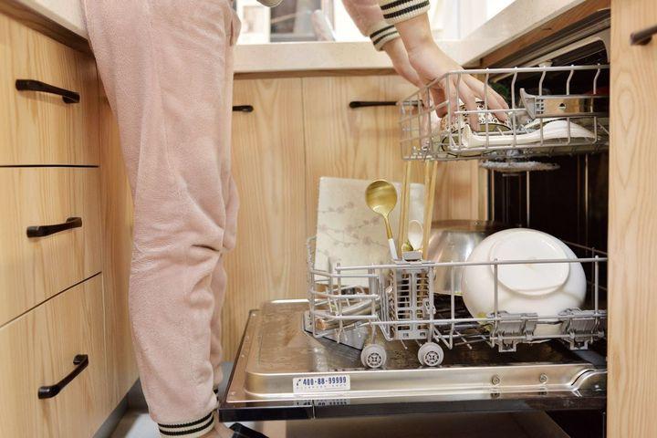 kitchen dishwashers curtains wine theme 装修风云 洗碗机到底用不用买 了解这些事再做决定 知乎 洗碗机产品最早由国外引进 国外的厨房一体化程度较高 整体橱柜设计成熟 洗碗机普遍是嵌入式 引进到国内后 也是嵌入式销售得最好