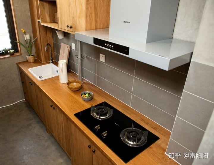 kitchen wood countertops yellow and gray curtains 装修厨房想用木质台面 纯实木或者指接板 请问有可行性吗 最好是使用或 由于自己是做家具的 整体橱柜与台面都选择的纯实木制作 木材最终选择的是美国樱桃木
