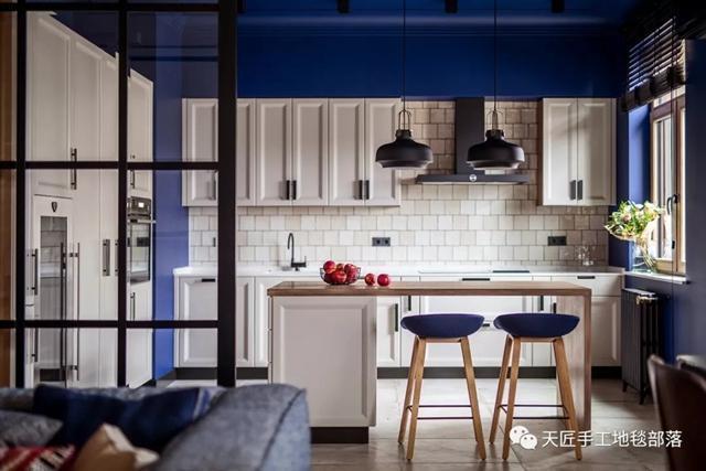 blue kitchen rugs wine rack island 这个158平三方两厅的家装风格能至少流行100年 知乎 两边的墙面采用了白色调 书桌背后的墙面则刷了蓝色 并在墙面上简单挂了一条手织地毯 简洁中透露了一种别样温馨 沙发的颜色与蓝色墙面契合 同样选择了蓝色系