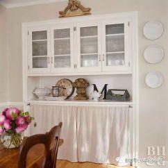 White Kitchen Buffet Cabinets Woburn Ma 几个快捷简单的厨房改造 还在糟心厨房那么乱吗 知乎 在这里 一层薄纱的白色布料衬托了自助餐 暗示着平房的独特之处 同时也避免了厨房用品的出现 要达到这一效果 只需拆下较低的柜门 将织物聚集在拉杆上 然后将拉杆