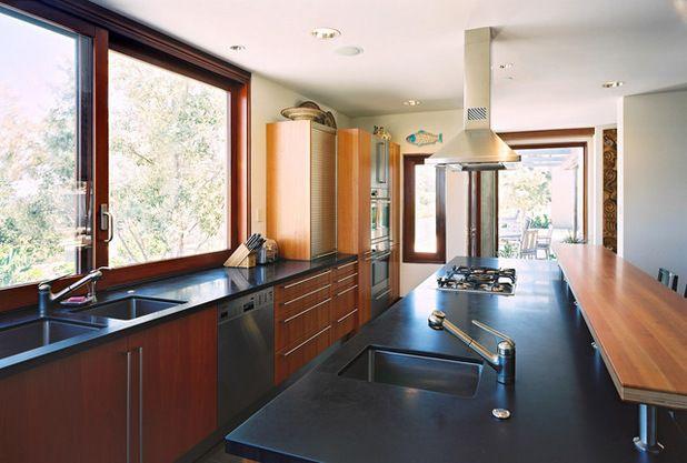 kitchen sinks with drainboard built in amish cabinets chicago 设计你的厨房 如何选择水槽尺寸 知乎 如上图如果你有大的厨房空间并且不差钱 那这是一个很好的配置 喜欢做饭的家庭 在这种厨房里会有很多的乐趣 三个独立的水槽允许几个人同时在厨房忙活