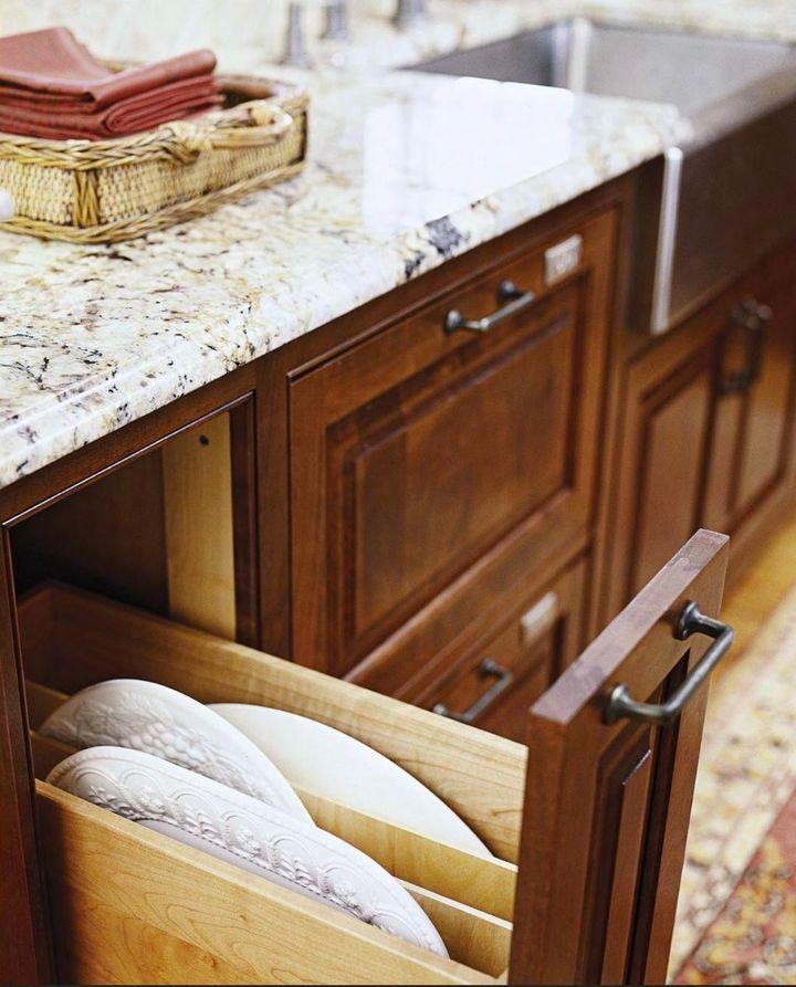 metal kitchen island top rated stoves 厨房抽屉收纳杭州猫舍装修有妙招 知乎 图中的抽屉柜提供了一种老式的存放面包的方法 抽屉盒带有一个金属的盖子 盖子上有气孔可以通风 推开盖子就可以看到周体力存放的东西