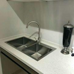 Kitchen Sinks Cabinets From China 安装厨房水槽的施工流程 知乎 厨房水槽的安装算不上什么大工程 但是在师傅安装的时候 千万要叮嘱他们注意一些小的细节 要不然水槽装好了 不是自己想像中的效果 那就得重新返工 有时候还涉及到