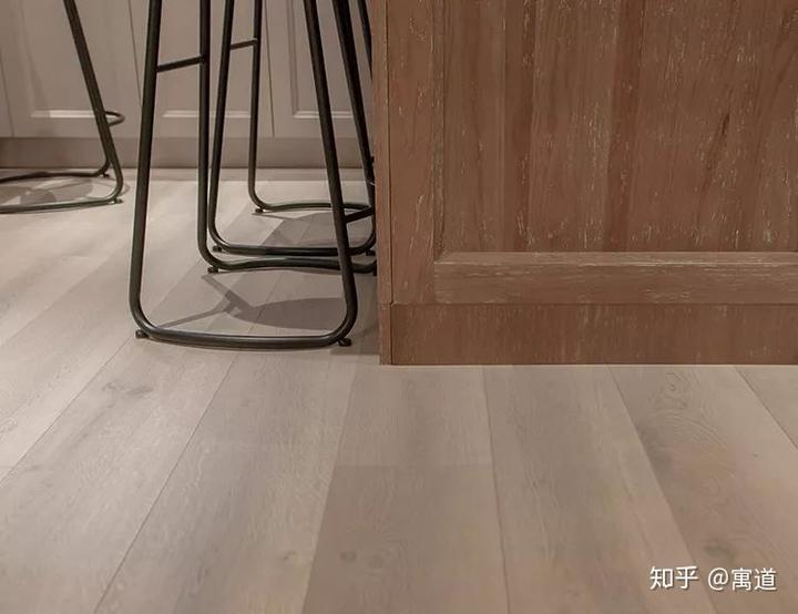 rolling island kitchen cement tile 什么是好的开放式厨房设计 知乎 美貌的厨房也是要付出代价的 为了保持视觉上的延伸性 强化地板从厨房 餐厅一直铺到客厅 这么长面积的地板 如果长期被重量级的中岛和橱柜压着