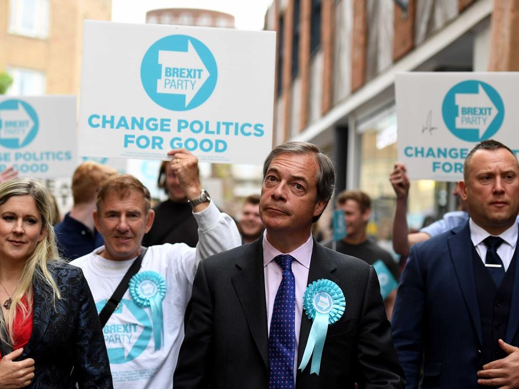 英脫歐黨領袖參加競選活動 當街慘遭奶昔潑身[圖集]_時政-多維新聞網