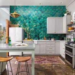 White Kitchen Backsplash Antique Table 2019年 30款顶级厨房装修设计趋势 知乎 毫无疑问 这个厨房的特色是什么 绿色扇形瓷砖后挡板绝对抢走了这个节目 白色橱柜和简约的地板增强了外观 而不会分散华丽的声明墙