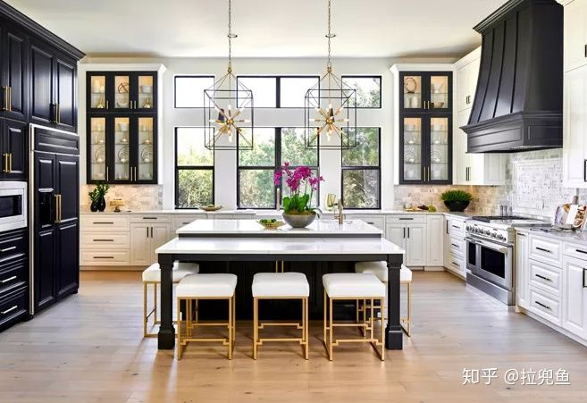 grey kitchen backsplash kitchens to go 厨房装修设计 七大流行装修理念 知乎 良好的照明是在进入厨房空间后的首要要求 在水槽上方添加一个灯槽窗口 或者通过敲下隔墙来获得更自然的光线 吊灯在厨房与壁灯一样受欢迎 它可以在照亮开放式架子时