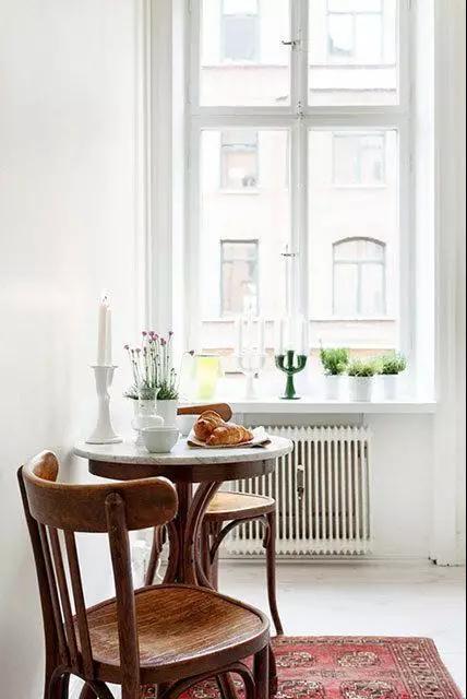 tall table and chairs for kitchen entry doors 高品质的生活不是你家餐桌多大多贵 而是有没有一张小桌 摆在窗前 知乎 客厅的角落里也可以放一套小桌椅