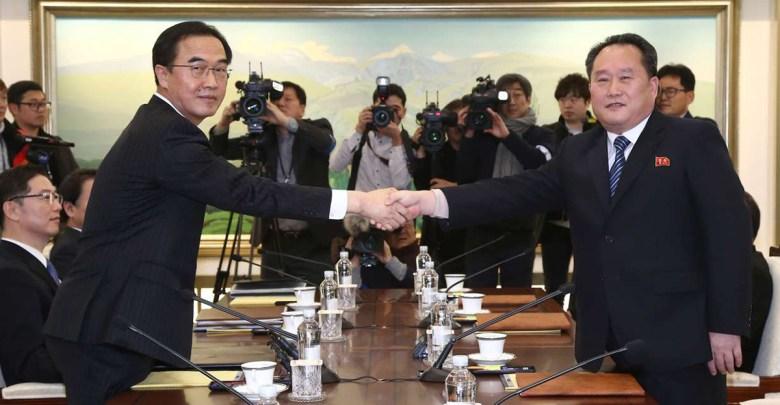 Il ministro sudcoreano per l'Unificazione, Cho Myung-Gyun, stringe la mano al delegato nordcoreano Ri Son-Gwon, durante il vertice dell'8 gennaio 2018 a Panmunjom