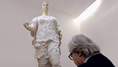 Vittorio Sgarbi ad Aidone in una recente visita alla Dea di Morgantina (meglio nota come Venere di Morgantina)