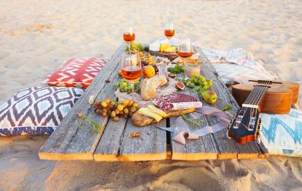 Ein Picknick am Strand veranstalten: Essen & Trinken in Wassernähe