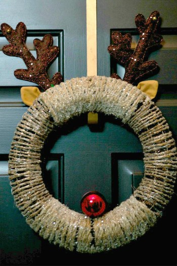 Christmas wreath, porch decor, holiday porch decor, holiday hacks, Christmas projects, popular pin, door decor.