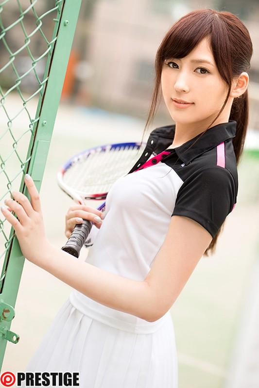 ラケットを持って微笑むテニス部員 愛音まりあ