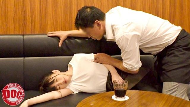 まさかノーブラ!?貧乳美人店員がコリコリに勃った乳首に気付かず働く姿に興奮してしまい… 513