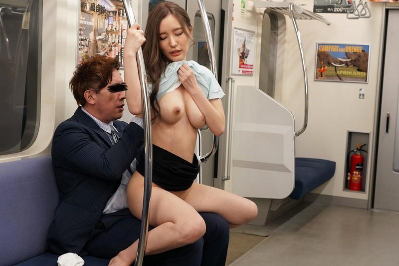 最終電車で痴女とまさかの2人きり!向かいの座席でパンチラしてくるホロ酔い美脚女の誘惑で勃起したらヤられた 画像8
