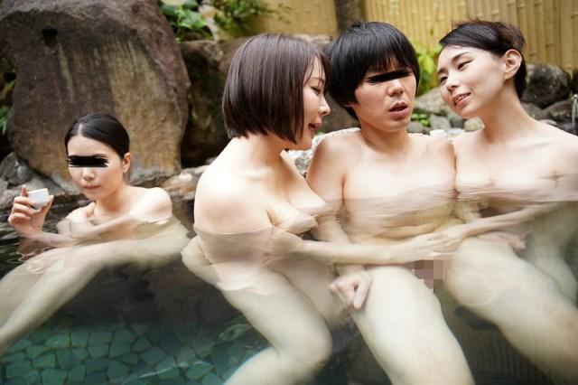 混浴温泉で母親の巨乳ママ友二人に挟まれておもちゃにされた僕 VOL.26