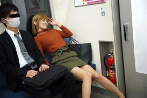 最終電車で痴女とまさかの2人きり!向かいの座席でパンチラしてくるホロ酔い… のサンプル画像 1枚目