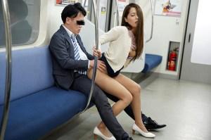 最終電車で痴女とまさかの2人きり!向かいの座席でパンチラしてくるホロ酔い… のサンプル画像 18枚目
