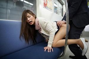 最終電車で痴女とまさかの2人きり!向かいの座席でパンチラしてくるホロ酔い… のサンプル画像 19枚目