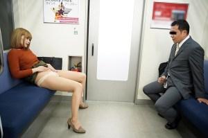 最終電車で痴女とまさかの2人きり!向かいの座席でパンチラしてくるホロ酔い… のサンプル画像 2枚目
