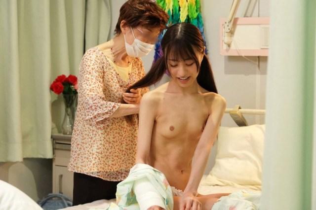 1piyo00090jp 16 - 入院したら隣がけなげなひよこ女子。ムラムラが我慢できなくなって小さな体を固定して敏感マ○コの奥(子宮)をガン突きしまくった。2nd 〜両足を180度に開いて後ろから前から全員軟体っ子ver〜