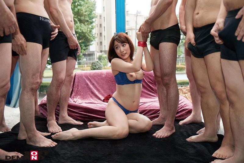 マジックミラー号 あなたより欲求不満でお悩みのママ友を紹介してください 発情した人妻が久々の勃起チ○ポに触れて淫乱大開放!4P ゴックン ぶっかけ 中出し乱交SEX 画像17