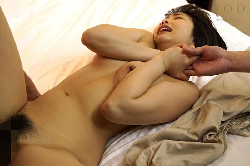 戸田真琴 手をぎゅっと握り目をじっと見つめながら彼女が犯されるのをただ傍観するしかなかった惨めなボクサンプルイメージ14枚目