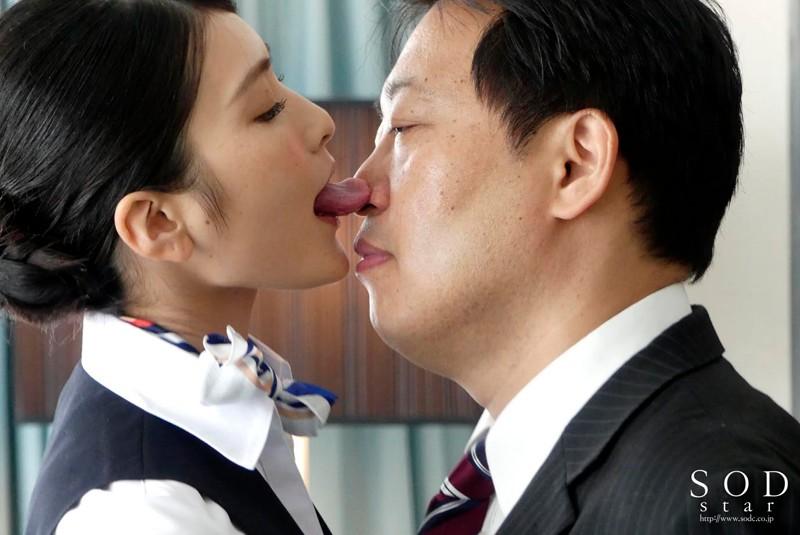 本庄鈴 美人キャビンアテンダントを高級ホテルの一室でいいなり調教サンプルイメージ2枚目