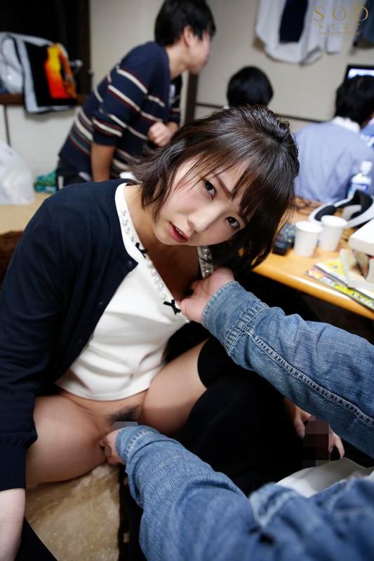 戸田真琴 すぐそばに彼女がいるのにベロチュウ誘惑で強制中出しサンプルイメージ15枚目