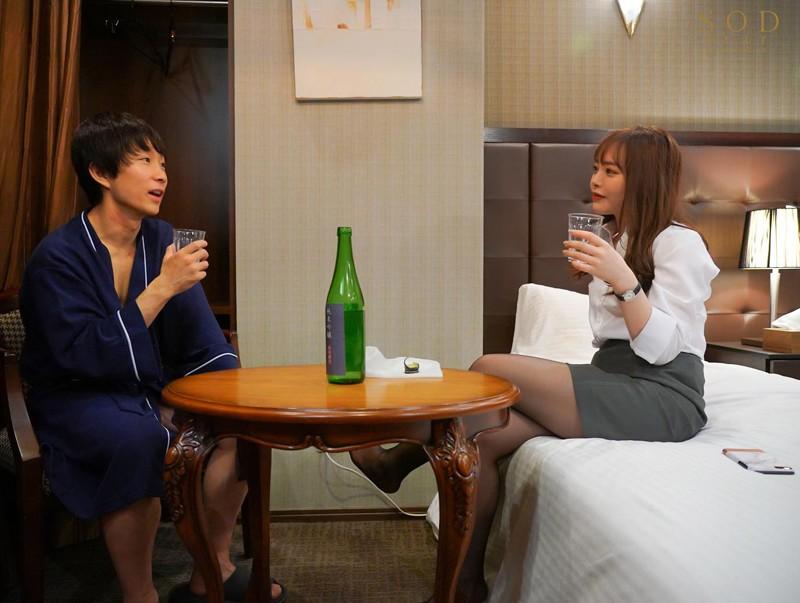 小倉由菜 童貞部下と出張先でホテル相部屋 翌朝までベロチュウ姦され続ける化粧品メーカーの寝取られ女上司サンプルイメージ3枚目