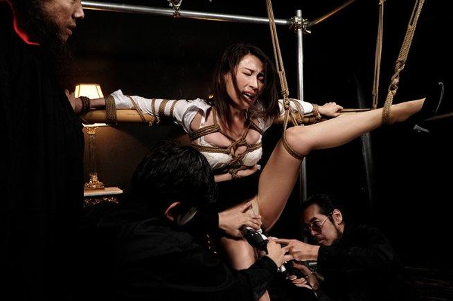 獣に取り囲まれて足を吊るされ局部を丸出しにされ 寸止めを繰り返され悲鳴をあげる絶体絶命の女たち 立体昇天拷問BEST 狂暴女体の絶望