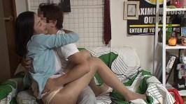 「…おばさんをからかって一体どうするつもりなの?」美人なのに欲求不満な奥様を自宅に連れ込み浮気セックス漬けにしてしまう盗撮ビデオ Vol.1 画像2