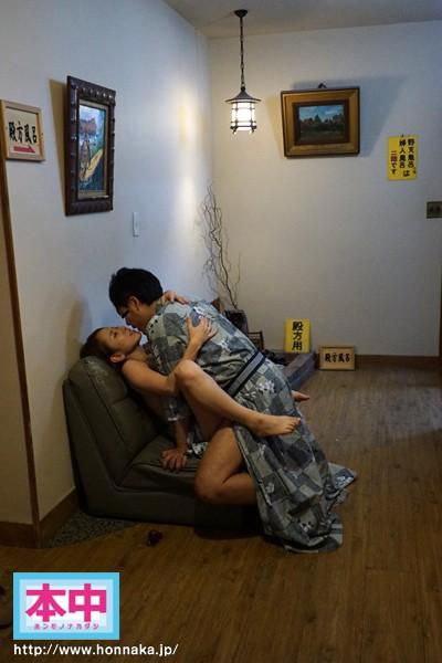 「夫に内緒で年に一度ハメ外し…」巨乳人妻の不倫グループ中出し旅行 画像8