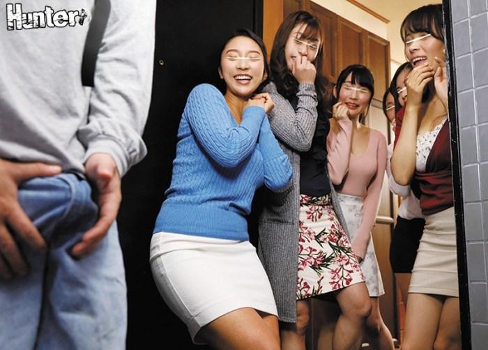 「どのおっぱいに挟まれたい?」宅配で訪れた巨乳若妻の家でまさかの集団… のサンプル画像 2枚目
